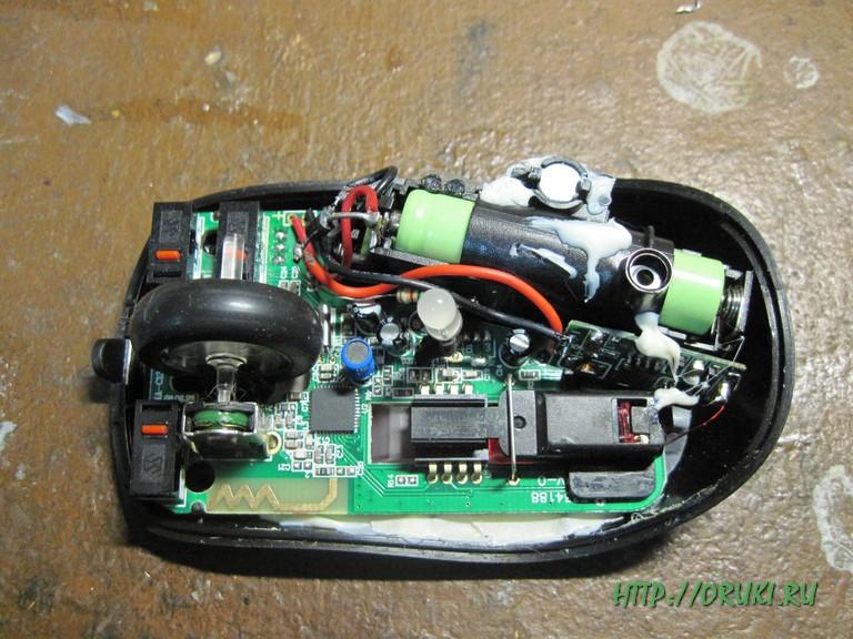 Мышь с подключенным беспроводным зарядным устройством готова к сборке корпуса