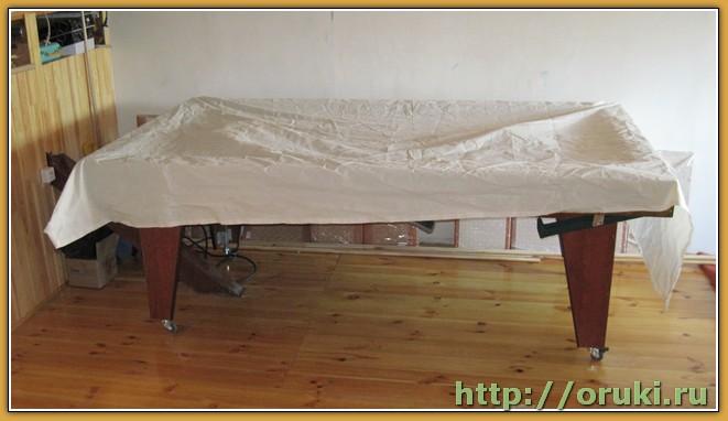 Укрытый бильярдный стол в ожидании